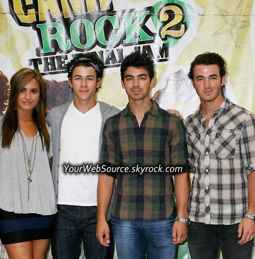 """Les Jonas Brothers : """"Sex , Drug & Rock N Roll"""" ?! Nous les fidèles fans , on connait tous les Jonas Brothers comme les petit anges châstes. """"Pas d'alcool et vive Disney !"""" Mais d'aprés le magazine << People >> Lors de leur passage à New York la semaine dernière, à l'occasion de la première de « Camp Rock 2: The Final Jam », Kevin Jonas auraient commandé des bouteilles de vodka et des cocktails de canneberge pour lui et sa femme, Danielle.Ces deux frères, Joe et Nick étaient eux aussi a cet soirée organisée au « The Empire », un hôtel de New York. Âgé de 21 ans depuis le mois dernier, Joe Jonas s'est quant à lui, contenté d'un  Bud Light Lime, selon un témoin qui précise par ailleurs que Joe Jonas a été contraint de présenter sa carte d'identité. ( Car la majoritée est de 21 ans au USA ).Disney Boys Forever or not ?! Votre avis ?PS : ceci n'est q'une rumeur. Merci de créditer pour tout emprunt."""