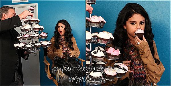26 avril 2012 : Selena était sur le tournage de « Funny Or Die » où elle a été interviewé par Elvis Duran.