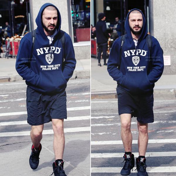 11  Mars : Avec son nouveau pull, shia a été vu tout seul, se promenant dans les rues de New York City .