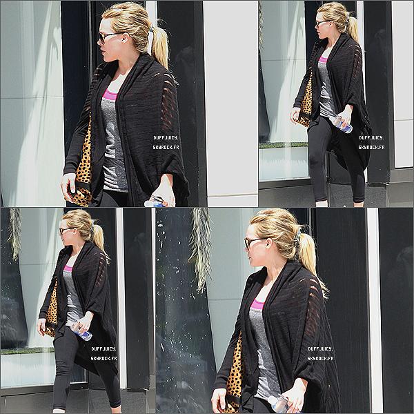 . 14 Avril 2011 : Hilary Duff en mode décontractée faisant une petite séance de shopping, dans Beverly Hills ! .
