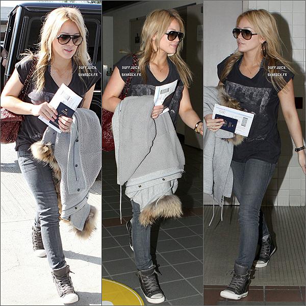 . 22 Mars 2010 : Hilary Duff arrivant a l'aéroport de Los Angeles pour quitter les Etats-Unis direction le Canada ! .