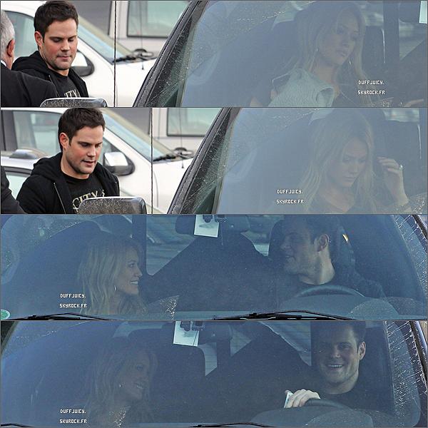 . 22 Mars 2010 : Hilary.D arrivant à l'aéroport d'Edmonton au Canada, attendue par son compagnon Mike Comrie. .