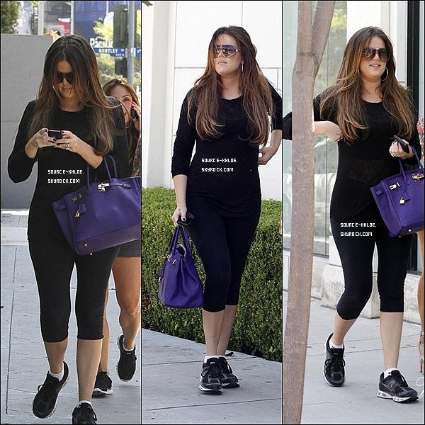 """29 JUILLET 2011 :Khloe,Kim,Kris Ainsi que leur mère et leur frère se sont rendu a la boulangerie de Los Angeles le Hansen""""."""