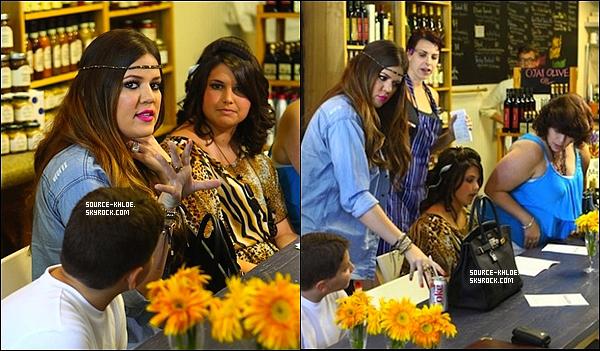 . 11/08/11--Khloé étais au restaurant pour déjeuner avec un jeune fille atteinte de la Mucoviscidose .----.