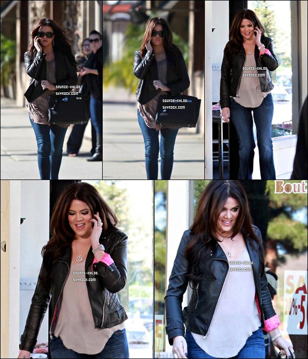 """Flashback    4 Février 2011 : Khloe Kardashian à été repérée dans les rues de Beverly Hills, elle se rendait au magasin D-A-S-H à Calabasas pour filmer """"Khloé & Lamar""""."""