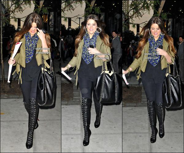 4 Octobre 2011 :   Khloe Kardashian et son marie Lamar ont été vu quittant leur hôtel New-yorkais pour un diner en famille