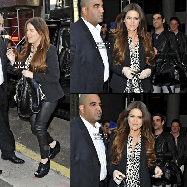 6 Octobre 2011 : khloe Kardashian à été vu sortant de son hôtel accompagnée de sa famille