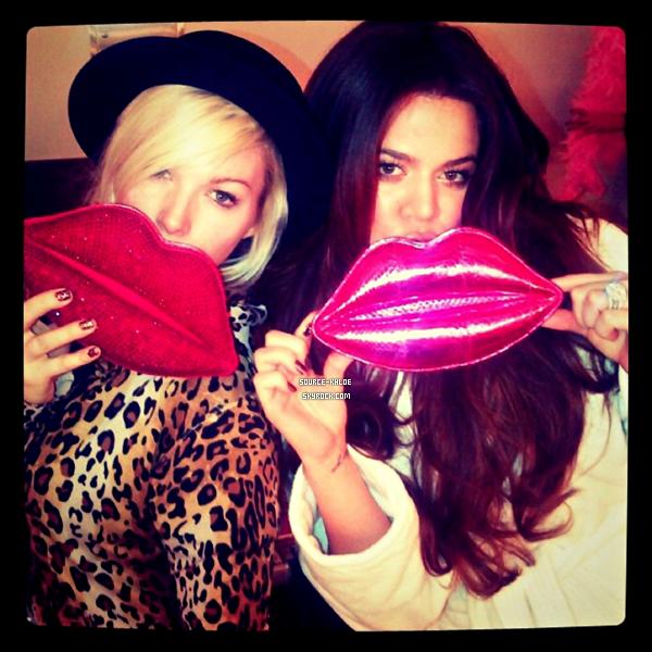 Twitter : Découvrez des photos postés sur les réseaux sociaux par Khloe Kardashian  & sa maquilleuse lors d'une séance photo où elle s'y ai rendu avec ses soeurs.