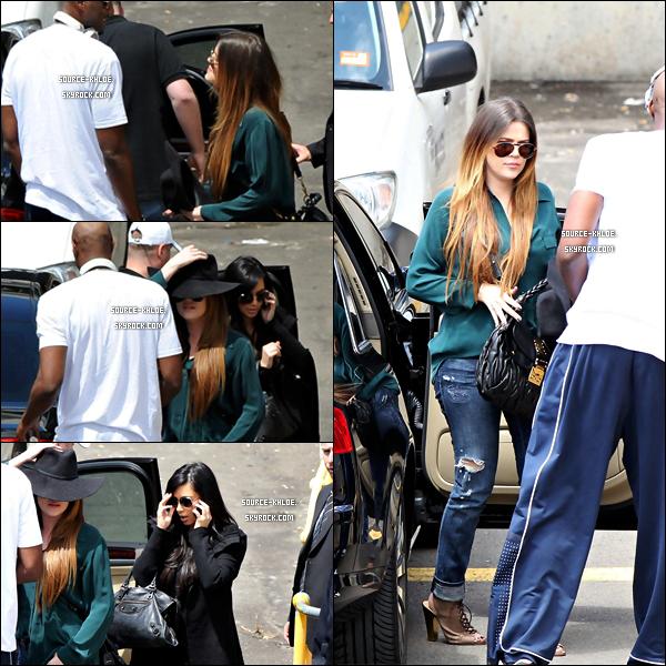 CANDIDS   Jeudi 3 novembre : Khloe Kardashian , Kim & son mari  Lamar ont été vus à l' aéroport de Sydney direction Los Angeles.