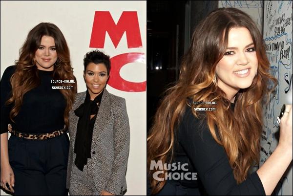 CANDIDS / EVENT :    Jeudi 17 Novembre :Pour Khloe et Kourtney kardashian la promo du livre c'est fini .Elles ont été aperçu à l'aéroport de LAX de retour à los angeles .