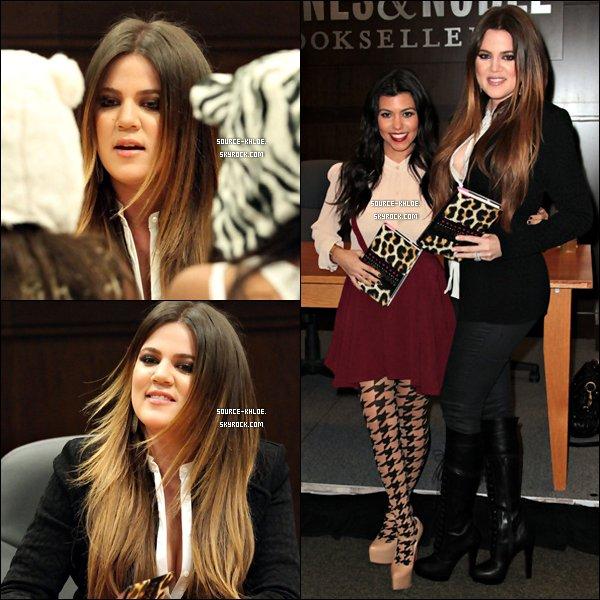 """EVENT / CANDIDS   Vendredi 18 Novembre : Khloe Kardashian & sa soeur Kourtney ont  était présente à Barnes & Noble au magasin Grove à Los Angeles pour promouvoir leur nouveau roman """"Dollhouse""""."""