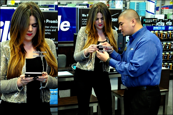 CANDIDS / SORTIE    Mardi 6 décembre :   Khloe kardashian à été aperçu dans les rue de Los Angeles afin de commander à manger.