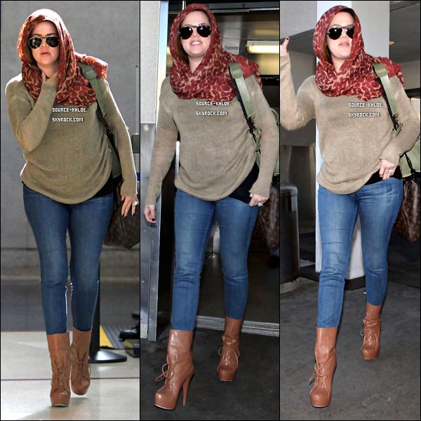 CANDIDS / SORTIE   Samedi 10 décembre : Après un court passage a New York , Khloe kardashian est de retour a Los Angeles .Elle à été aperçu a l'aéroport de LAX.