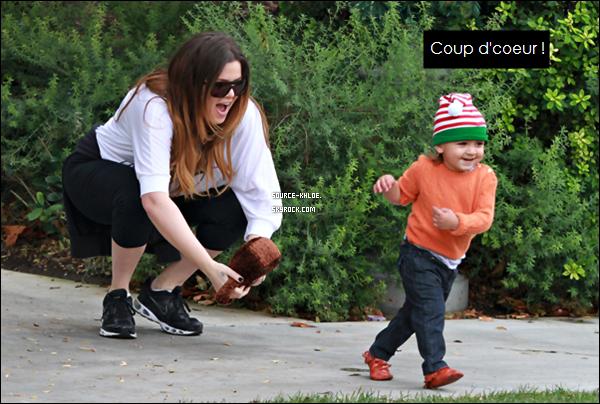 CANDIDS / SORTIE    Dimanche 11 décembre : Khloe kardashian et son neuve Mason on passer du temps ensemble ils ont été vu notamment dans un parc a Calabasas et on effectuer des achats de noël ils se son arrêter dans la boutique Barnes & Noble.