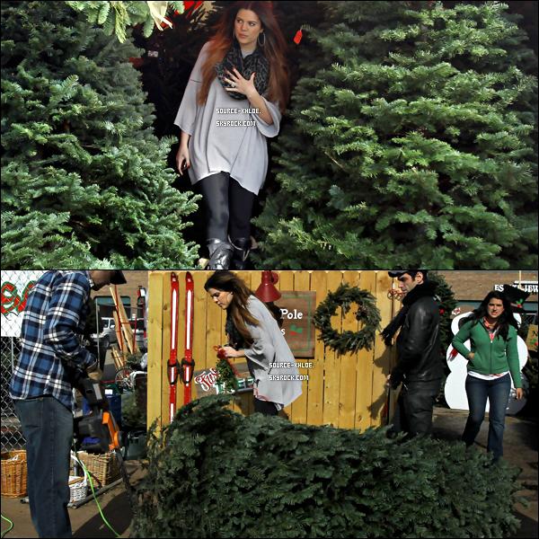 CANDIDS / SORTIE    Mardi 20 décembre : Khloe Kardashian et son ami Rob on fait leur achats de noël ils ont notamment acheter un sapin de noel et un gui.