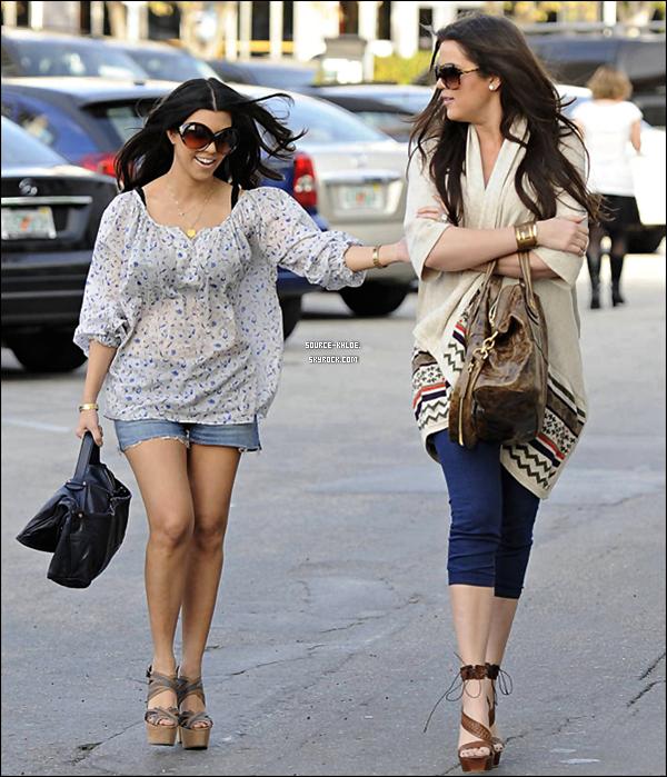 FLASH-BACK / CANDIDS   Mars 2010 : Khloé et Kourtney ont était aperçu dans les rues de miami
