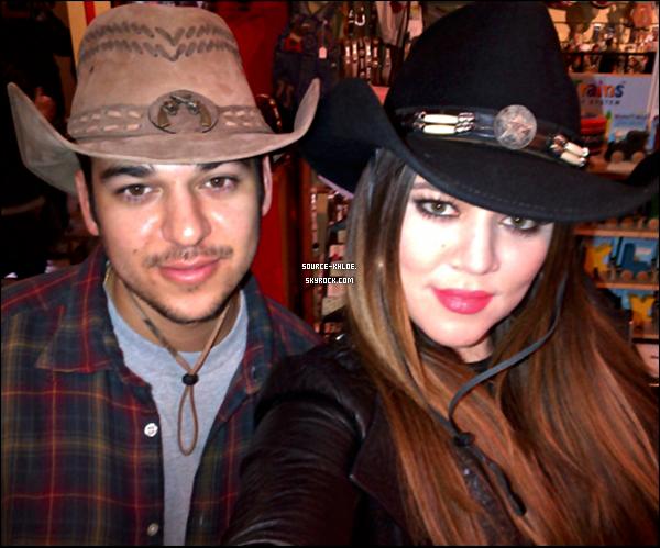 CANDIDS / SORTIE     07/01/2012 : Khloé & Rob ont été aperçu en train d'encourager Lamar. Plus tôt ils se sont rendu au Fort Worth Stockyards.
