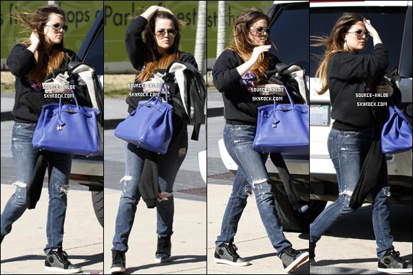 .    30/01/12 : Khloé à été vu dans les rue de Dallas elle notamment fait un peu shopping .Top ou flop ? .