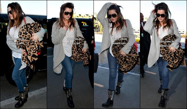 .    09/02/12 : Khloé à été vu à l'aéroport de LAX direction New York. J'aime beaucoup sa tenue , c'est trés simple mais jolie , tu la trouve comment toi ?  .