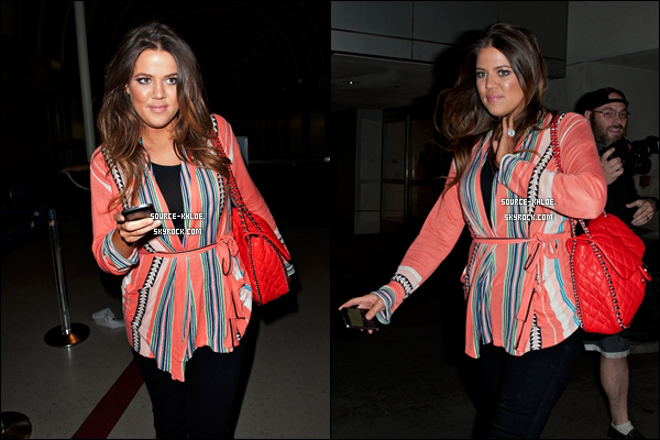 .    15/02/12 : Khloé à son arrivée à l'aéroport de Los Angeles Khloé et juste Magnifique , elle et trés souriante. C'est un jolie top pour moi et toi ?   .
