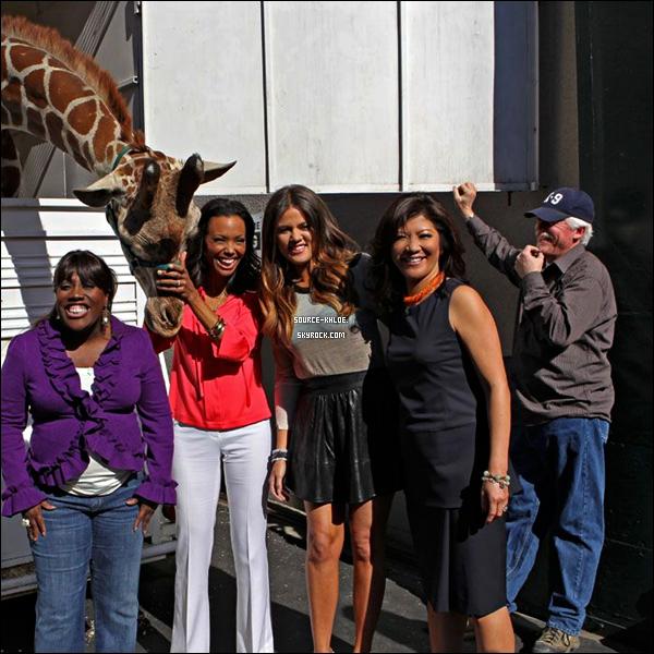 """.    17/02/12 : Khloé été à l'émission """"The Talk""""comme Lamar n'était pas présent il lui a laisser un message  Khloé était beaucoup ému du message de lamar. Coté tenue khloé nous à fait un bof   ."""