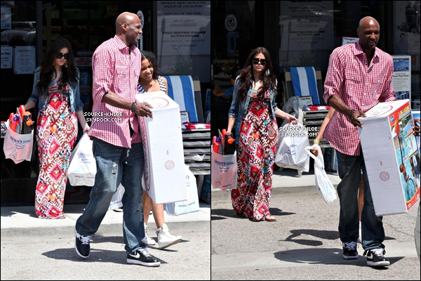 .    * CANDIDS *   19/06/10 : Khloé & Lamar ont été vu faire des cources à Los Angeles . Il était en compagnie des deux enfant de lamar .