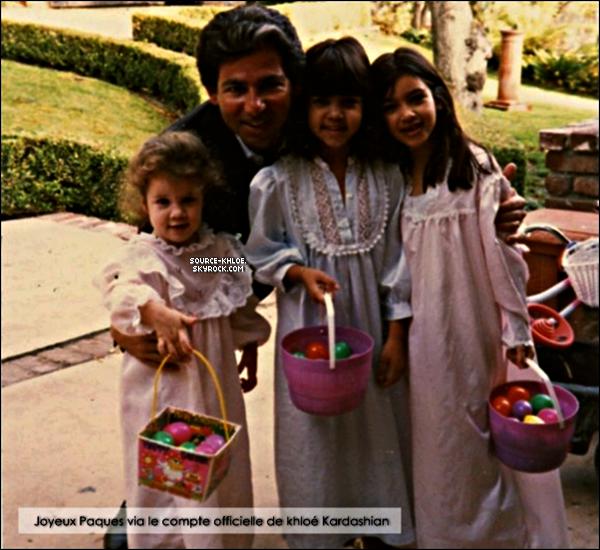 .    * ARTICLE DIVERS * _    Photos : Khloé à poser une photo d'elle et ces soeurs et son père  . Cette photos date de jour de pâque quelle avais fêter avec son père .