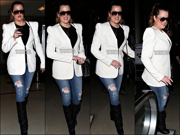 .    * CANDIDS * _   09/04/12 : Khloé est de retour à Los Angeles. Elle à été aperçu à l'aéroport de LAX.  Khloé kardashian va passer quelque jour avec sa famille.