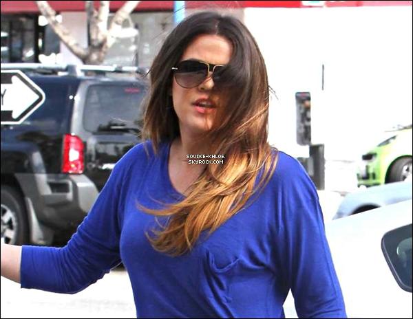 .    * CANDIDS * _   11/04/12 : Khloé & kim ont été heurté par une femme dans une mercedes. Khloé & kim étaient en train de tourner leur télé-réalité à Beverly Hills.