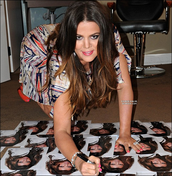 .    *APPARITION * _   12/04/12 : Khloé dans les coulisses de l'émission The Talk .. Khloé kardashian à exprimer son envie de devenir mère