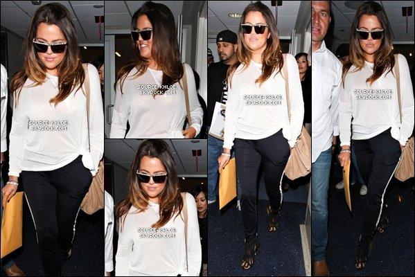 .    * CANDIDS * _   19/04/12 : Khloé,sa soeur et sa mère Kris Jenner se sont rendu à l'aéroport de Los A Pour Prendre un vol Direction Chicago