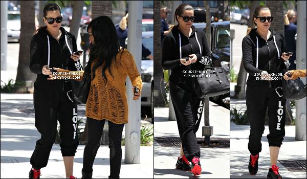 .    * CANDIDS * _   18.06.12 : Khloé à était vu se rendant dans une clinique de fertilité à Beverly Hills. Elle était accompagnées par sa meilleurs amie et la soeur de celle-ci Malika et Khadijah.