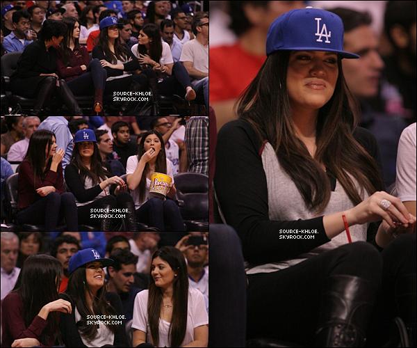 .    * CANDIDS * _   17.10.12: Khloé avec ces petite soeur ont assistés au match des clippers .      Elle était accompagnées de kris la mére de khloe Los Angeles.