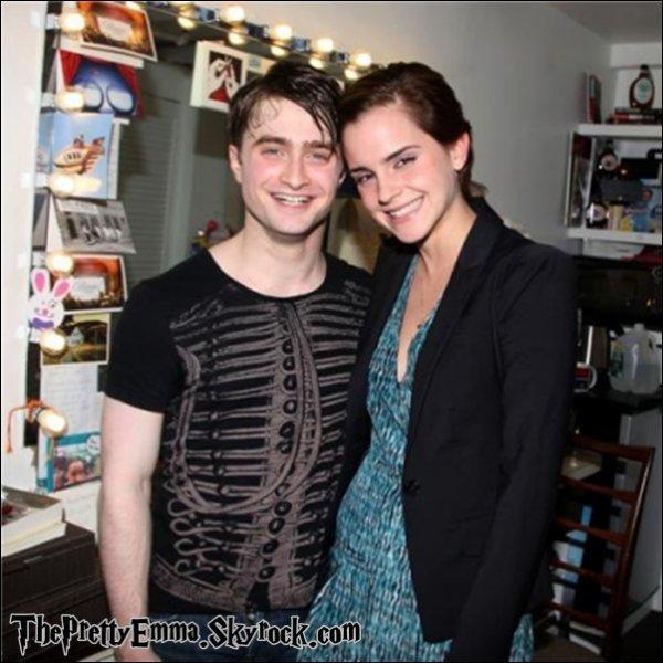 """.Emma dans les coulisses de """"Comment reussir en affaires sans vraiment essayer"""" avec Daniel Radcliffe !   $)   ."""