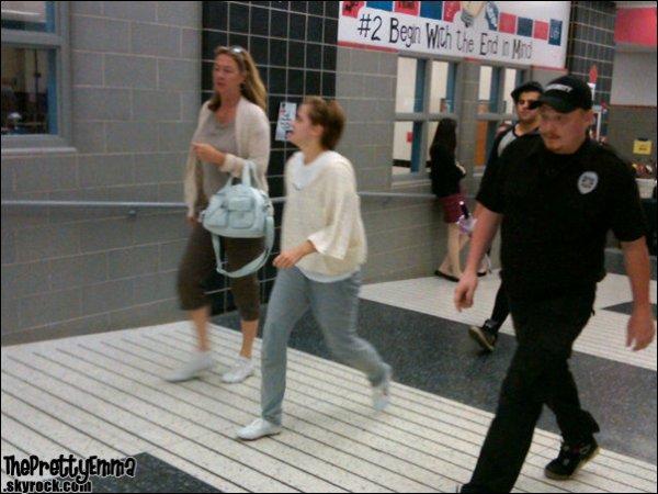 .Le 20/05 - Emma Signant des autographes à des fans sur le tounage !   .