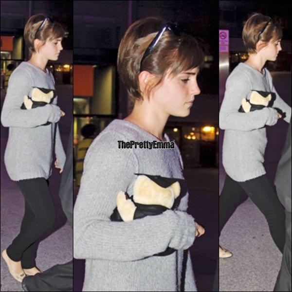 """.29/06 : Emma a été vu à l""""areoport d'Heathrow à Londres avec sa peluche !  ."""