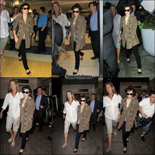 .08/07 : Emma arrivant à New York , dans son trench Burberry , pour assister à l'avant première d'Harry Potter !   .