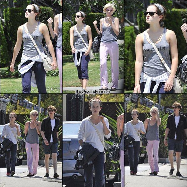 .01/08 : Emma sortant d'un restaurantaprèsavoir été au cinéma.  .