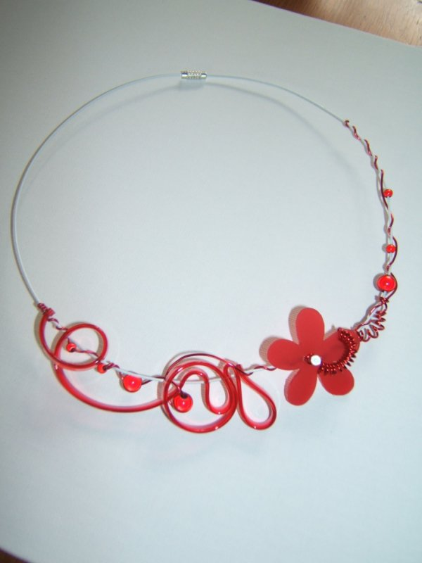 cable blanc avec lacet pcv rouge et perles magiques envied 39 alu. Black Bedroom Furniture Sets. Home Design Ideas