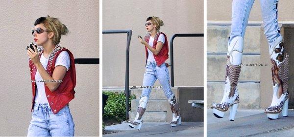 * GAGA a été repérée sortant de son hôtel à Austin située au Texas.  J'aime beauoup sa veste et son pantalon,quand aux bottes ... On va dire que sa peut passer x) *