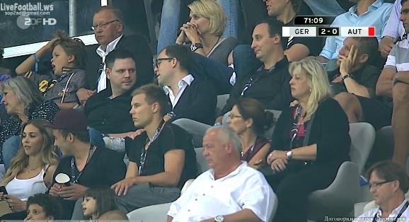 Holger avec Helga, Mario Götze et Ann-Kathrin pendant Allemagne 2 - 0 Autriche (6.09.2013)