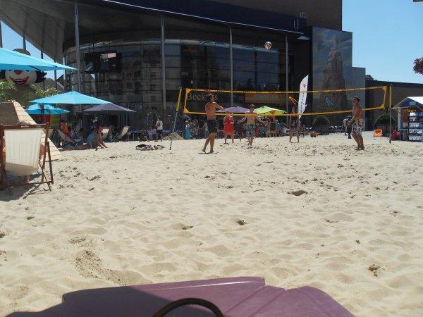 a la plage de LLN avec papa et mamie