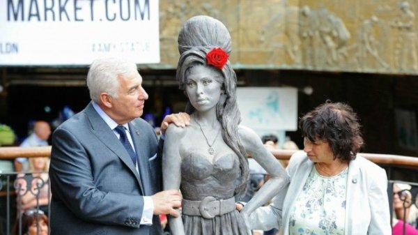 La statue d'Amy Winehouse ornée d'une étoile de David