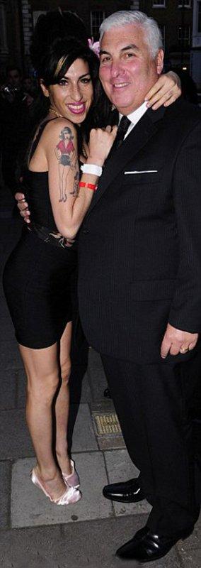 Amy Winehouse de nouveau hospitalisée... à cause de ses seins !