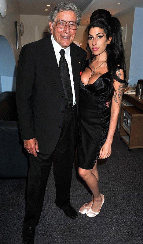 Amy Winehouse semble magnifique et glamour, comme elle se pomponnée pour une nuit avec Tony Bennett