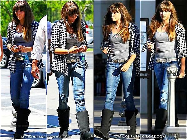 . 24.06.2012 : Miss Paris Jackson et un ami a elle on était aperçue quittant un cinéma . .