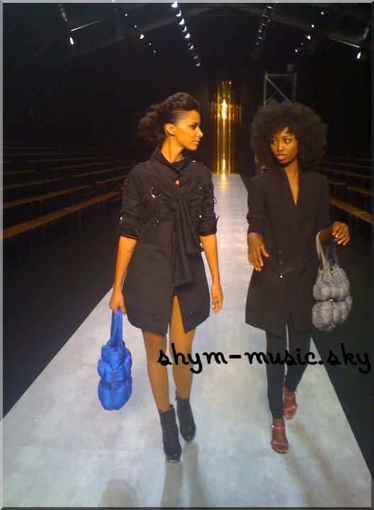 Shy'm et Inna Modja lors du défilé Marithé et Francois Girbaud à Paris, le 5 octobre 2010