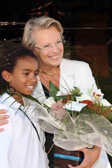 William Mengne offre fleur Michelle Alliot - Marie Ministre de La Justice .