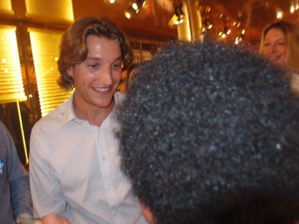 Jean Sarkozy Fils cadet de Nicolas Sarkozy et conseiller Général des Haut - de -Seine 92 rencontre William Ombagho,16 ans de l' étudiant économie social et Littérature et société réunion de soutien au retour de Nicolas Sarkozy
