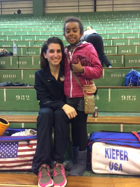 Nicole ROSS  de  USA Vice Champion coupe du monde escrime rencontre Hillary Ombagho de 9 ans né New -York des  Etats-Unis  ( Challenge international Coupe du monde d' escrime à Centre Sportif Brossolette à Saint-Maur-des-Fosses Ile -de-France  ( region de Paris ) France  )